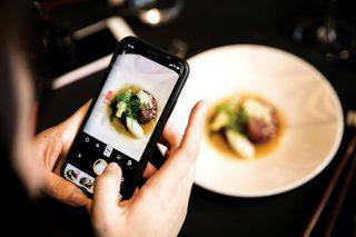 메인 요리였던 모수 안성재 셰프의 떡갈비를 휴대폰으로 촬영하고 있는 미디어.