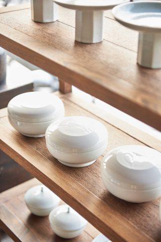 한식기의 가장 기본이 되는 밥그릇과 국그릇.