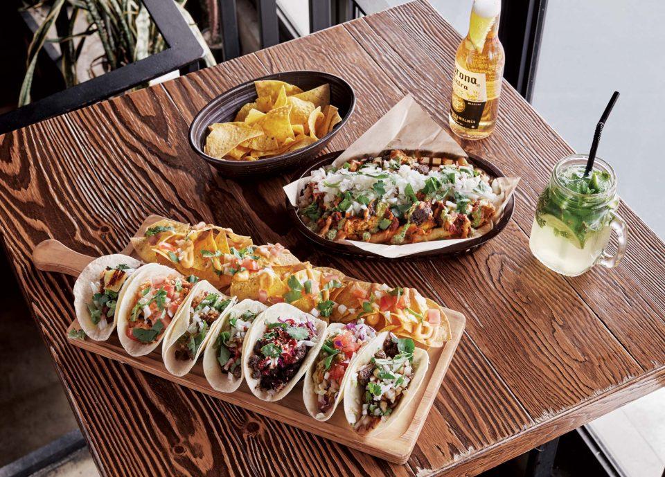 코레아노스는 멕시칸 음식을 편하게 즐길 수 있는 분위기에 초점을 맞췄다.