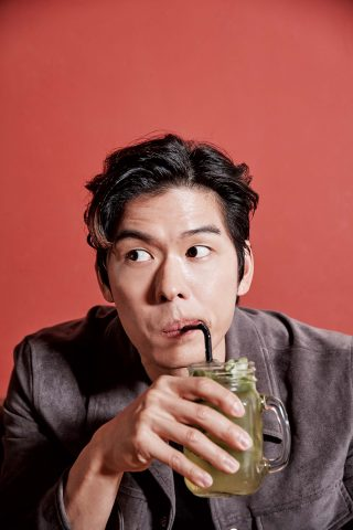 타코를 먹으면서 멋짐을 소위 '뿜뿜'할 수 있는 사람은 많지 않다. 모히토를 마실 때의 퉁명스러움까지 시선이 꽂힐 정도다.