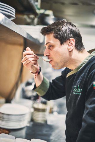 직접 만든 요거트를 맛보고 있는 미카엘 셰프. 셰프는 요거트를 얼마든지 먹어도 질리지 않는다고 했다.