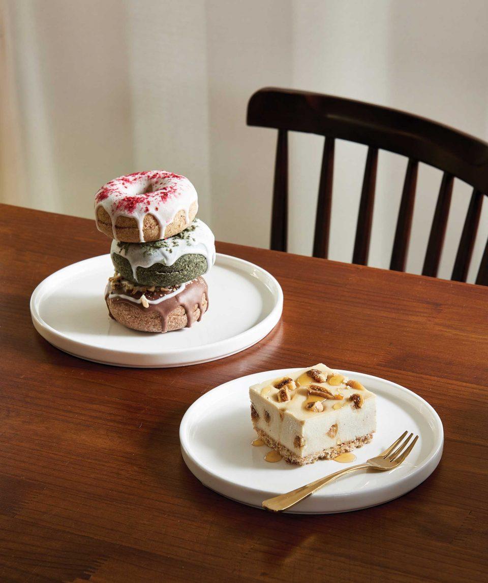 인절미 라즈베리, 그린티 스트로베리 등 한국인의 입맛에 맞춰 개발한 로 도넛과 슬라이스.