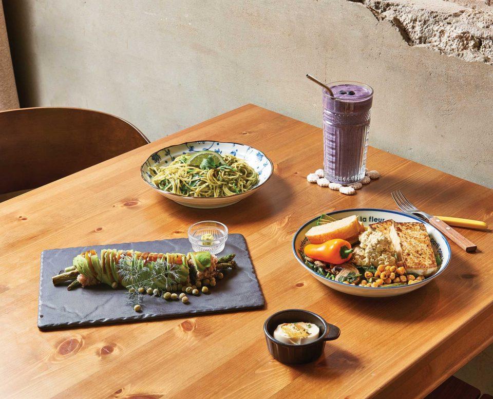 아스카도롤, 루콜라와 케일로 만든 파스타, 두부 리코타와 따뜻한 채소 샐러드, 퍼플망원.