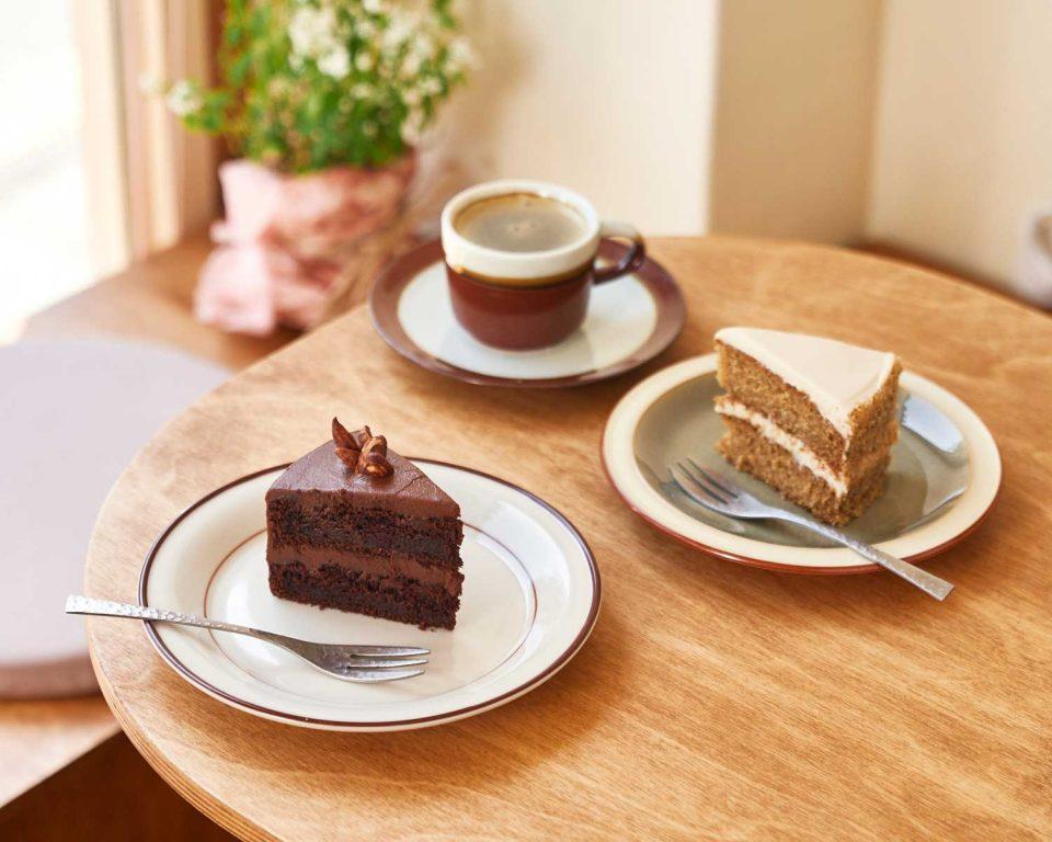 뿌리온더플레이트의 시그너처 곡물커피와 현미를 베이스로 한 케이크.