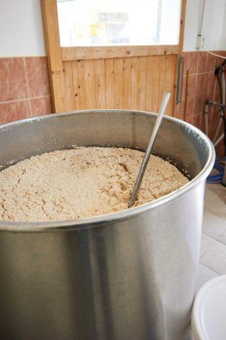 고두밥에 누룩을 섞고 있는 모습.