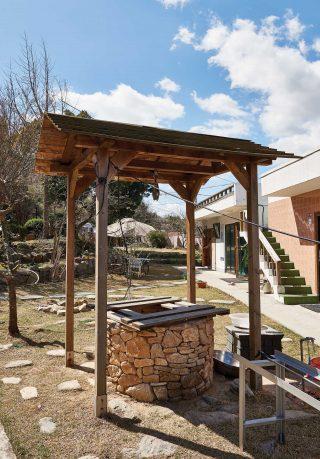살림집과 주조장 사이에는 과거에 사용하던 우물터가 남아 있다.