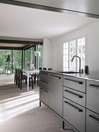 빕 키친으로 꾸민 아름다운 주방.