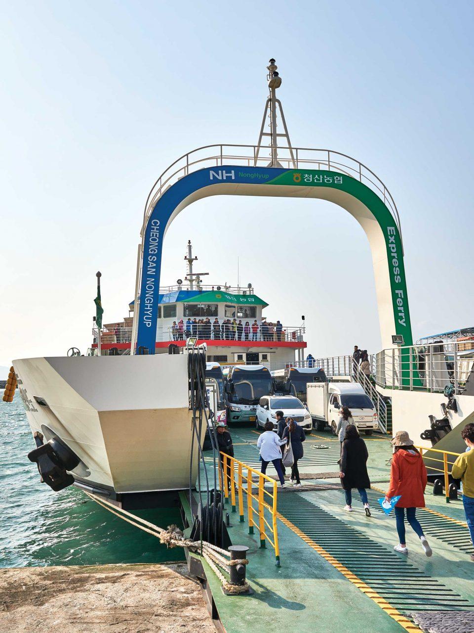 청산도와 완도를 잇는 배의 모습. 수십 대의 차를 실을 수 있는 대형 선박이다.