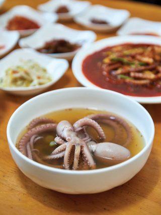 독천식당의 연포탕. 시원한 국물과 쫄깃한 낙지 맛이 일품이었다.