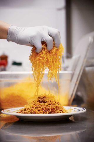 브라더후드키친의 대표 메뉴들. 치킨&와플과 치즈 마운틴 파스타.