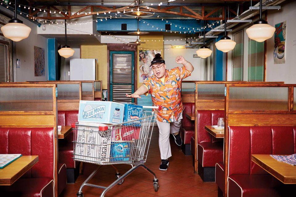 음식이 나오기 전 2층 공간에서 카트 소품을 이용해 포즈를 취하고 있는 킬라그램.