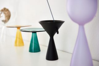 클리어 비의 디자인으로 왼쪽부터 옐로 플레이트, 그린 플레이트, 블랙 인센스 버너, 버드 바이올렛 화병.