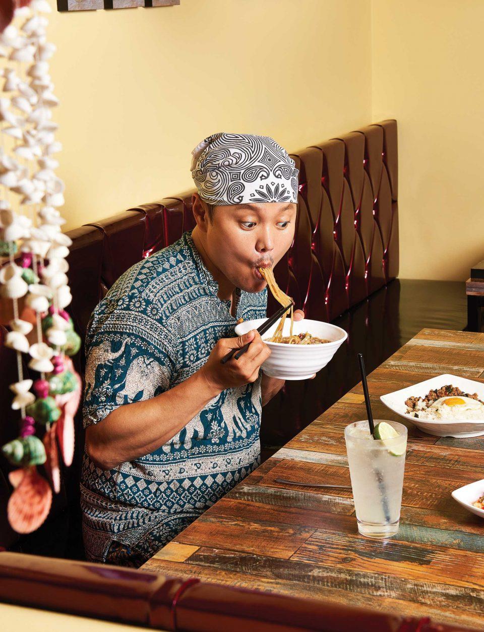 """촬영을 위해 소고기쌀국수를 먹던 김민교가 이렇게 말했다. """"정말 맛있어요. 드셔보세요."""""""