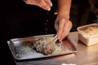 양고기에는 디종 머스터드를 바르고 피스타치오를 뿌려 특유의 향을 잡는다.