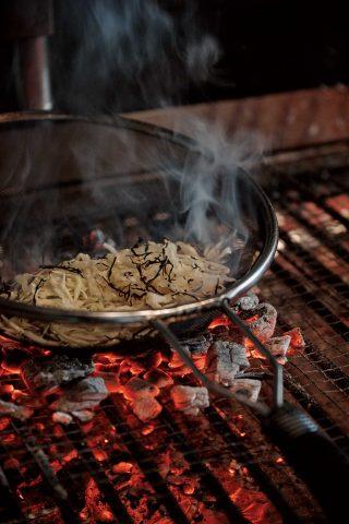 양배추는 스틸 소재의 체에 넣어 숯에 올려 굽는다. 은은한 훈연 향이 스며든다.