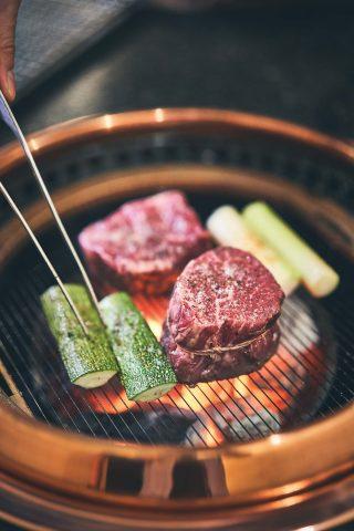 손님 앞 화로에서 김세경 셰프의 손으로 직접 구워지는 스테이크와 채소들.