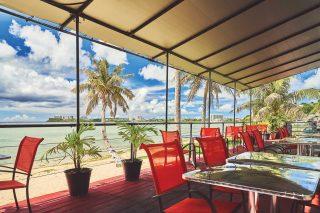 동부 하갓냐 베이를 감상할 수 있는 투레 카페의 야외 좌석.