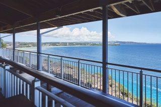 난간 너머로 펼쳐지는 바다 풍경을 보며 음식과 크래프트 맥주 등을 즐길 수 있다.