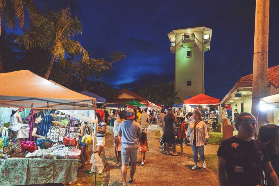 매주 수요일마다 열리는 차모로 야시장의 풍경. 전통 공예품과 먹거리를 즐길 수 있다.