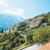 산기슭을 따라 주거 공간이 아기자기하게 펼쳐져 있는 작은 마을 브랑트 풍경.