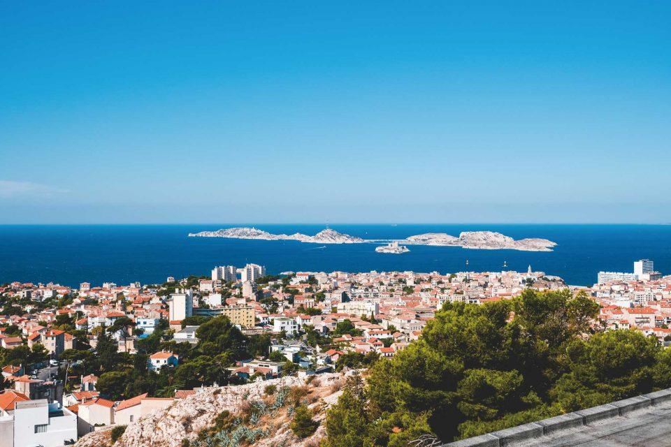 두 눈을 얼얼하게 만들 정도로 선명한 파란색의 바다가 아름다운 마르세유 풍경