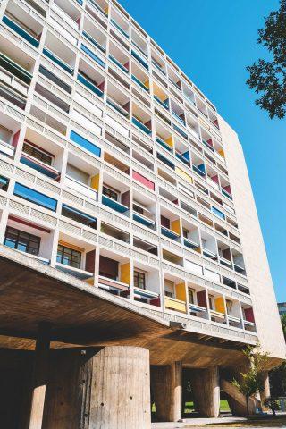 프랑스가 낳은 거장 건축가 르 코르뷔지에의 건축물 유니테 다비타시옹. 공동주택으로 현대 아파트의 원형이라 칭해진다.