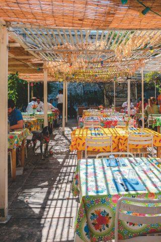 알록달록한 라 파사렐 레스토랑 풍경.