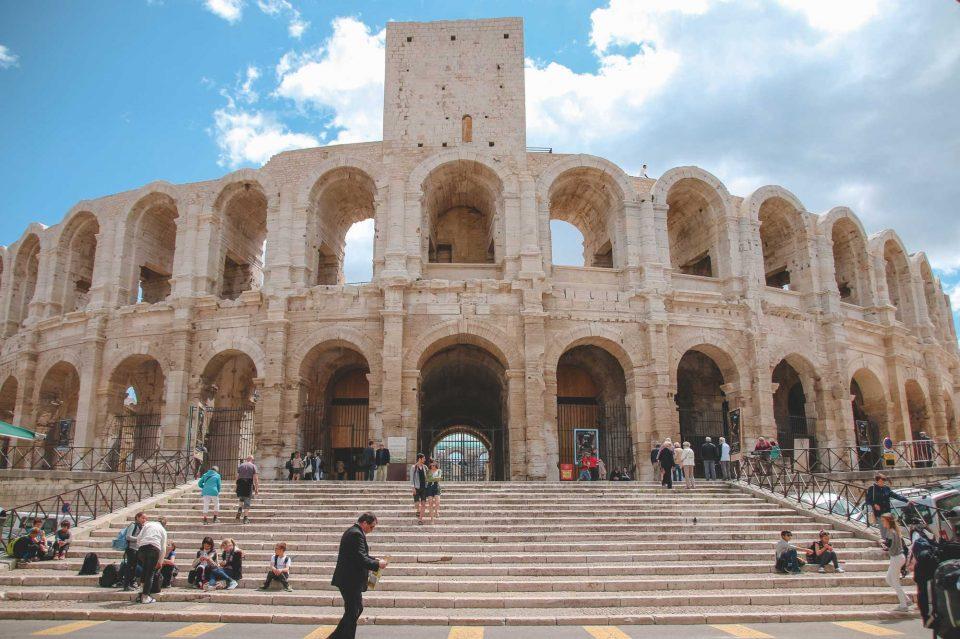 로마의 콜로세움을 그대로 옮겨놓은 듯한 아를 원형 경기장.