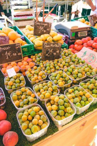 엑상프로방스의 시장 구경. 때마침 시즌을 맞이한 미라벨이 판매되고 있었다. 미라벨은 자두과의 달콤한 과일.