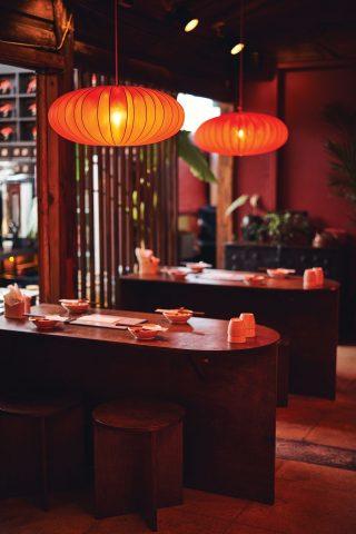 붉은 조명이 인상적인 홍롱롱의 내부.