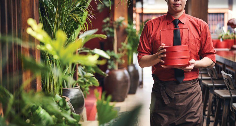 정지선 셰프가 중국에서 직접 공수한 붉은색 대나무 찜통에 딤섬을 담아 서브 중이다.