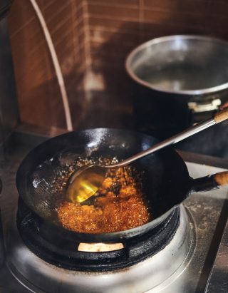 중식의 생명은 역시 웍. 오더가 들어오면 주방은 뜨거운 열기로 가득 찬다.
