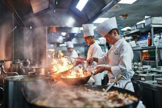 각자의 자리에서 요리 중인 허우의 요리사들.