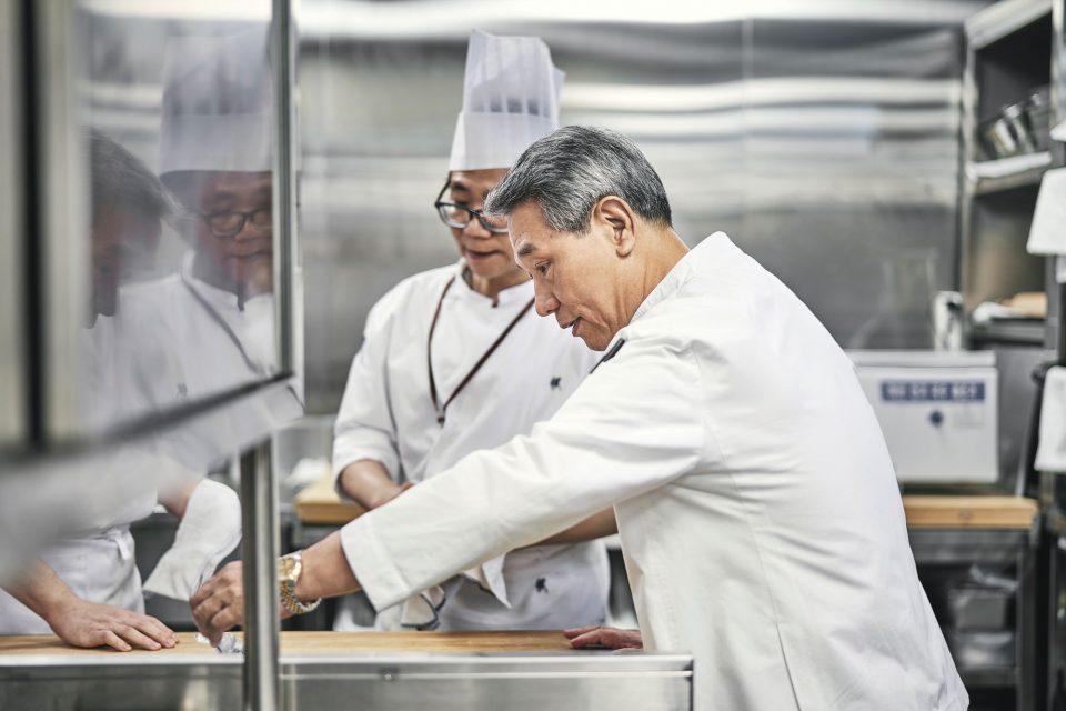 후배 요리사들에게 요리 과정을 설명하고 있는 후덕죽 셰프.
